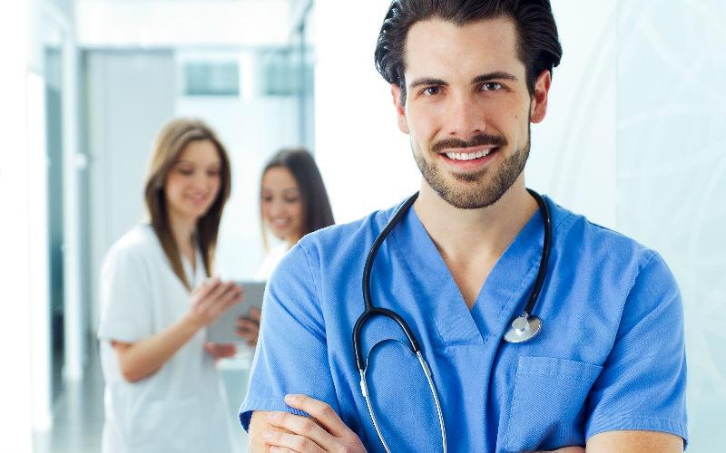 Cuál es la diferencia entre un auxiliar de enfermería y un/a enfermero/a